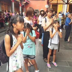 ママと一緒にお祈り - 台湾台北 中山 日本人 ゲストハウスmimi -